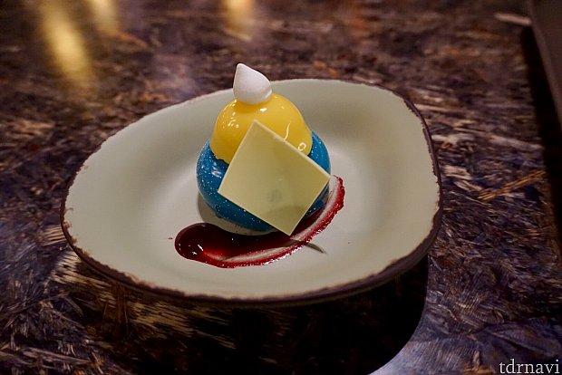 こちらが、話題の青いチーズケーキの「 blueberry cream cheese mousse 」です。結構小さいですが、甘さが控えめでかなり美味しかったです。中は紫色のムースになっていて、クリーミーな味と酸味のあるソースで、僕はとても気に入りました。これは思った以上にアタリでした。ちょっとドナルドっぽい様な…