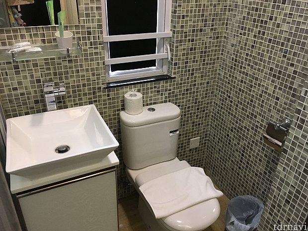 こちらが洗面台とトイレ。必要なものは揃っています