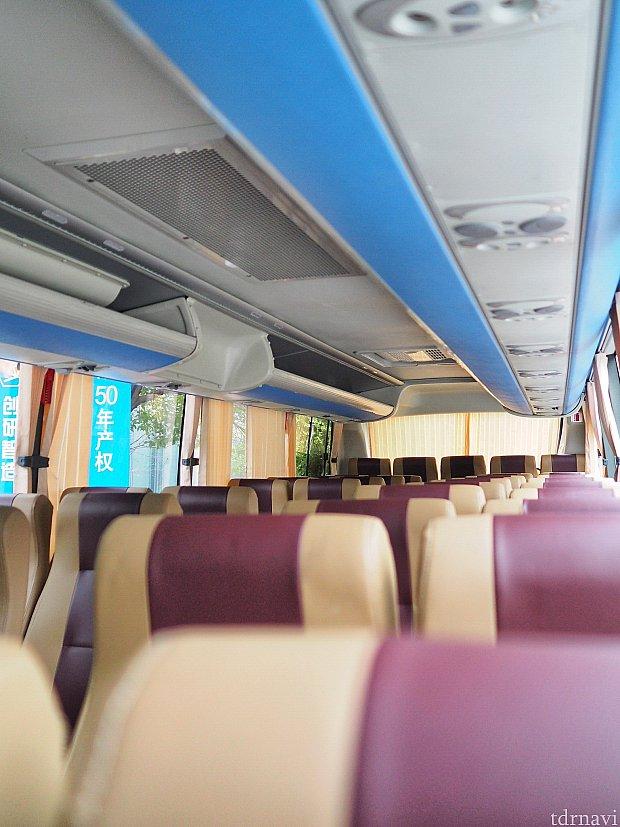 大きめのバスは中も席数が多く広々。