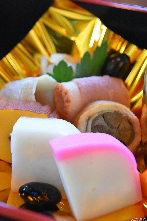 小鯛の笹漬け、合鴨、穴子の八幡巻き、伊達巻、紅白蒲鉾、なます、黒豆