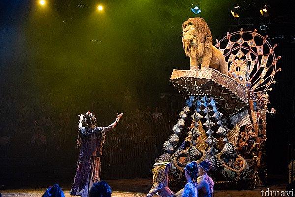 ライオンのシンバが登場します。