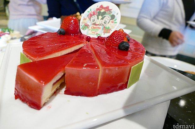 クリスマスカラーのレアチーズケーキ!甘酸っぱいベリーのソースが美味しくて私のおすすめの一品です!