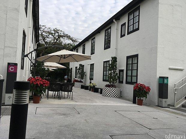 朝のホテル。パラソルの奥にフロント入口があります。