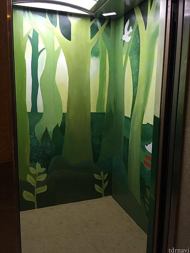 エレベーターの中もペイントされていました。