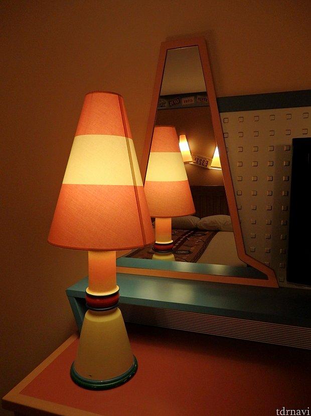 コーン型のランプと鏡。 ちなみに全身が写る鏡はありません。