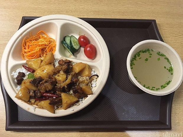 ジャガイモと牛肉の炒めご飯セット@45元です。