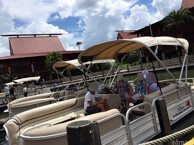 ポリネシアンの船着場に寄っているところです。ボートの全体像が分かりますよね。大きくて快適なボートです。