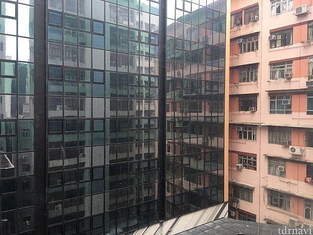 この価格のホテルでも窓がついていました。カーテンを開けるとこんな感じです。