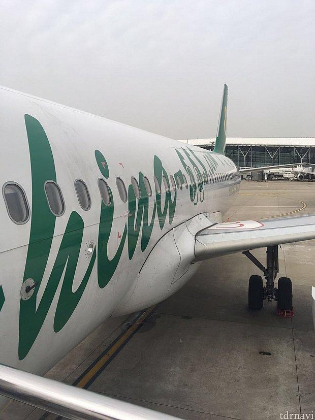 タラップでの搭乗は飛行機に乗るぞ!感があるのでキライでは無いです。
