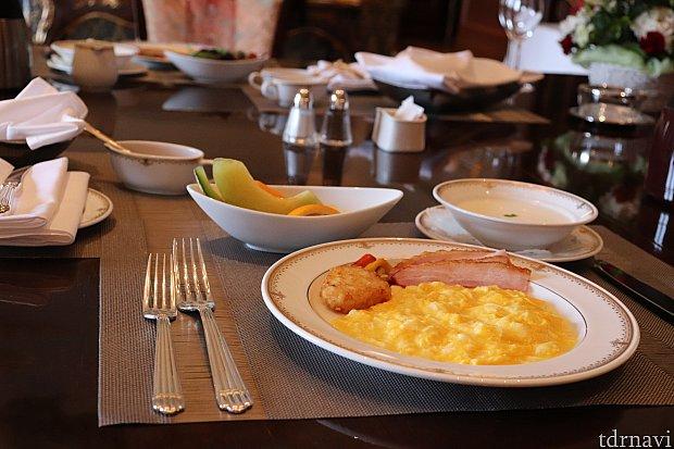 朝食はお部屋で!前日の夜までにドアノブに希望札掛けます。イルマニは朝食付き🍴温かい料理を出してくれました。本当に美味しい😋