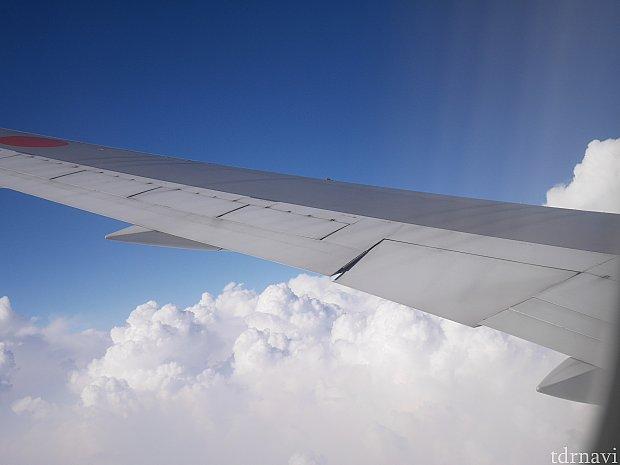 飛行機の翼が大好きでずっと見てます・・・。みなさま飛行機を快適に過ごしてよい旅を!