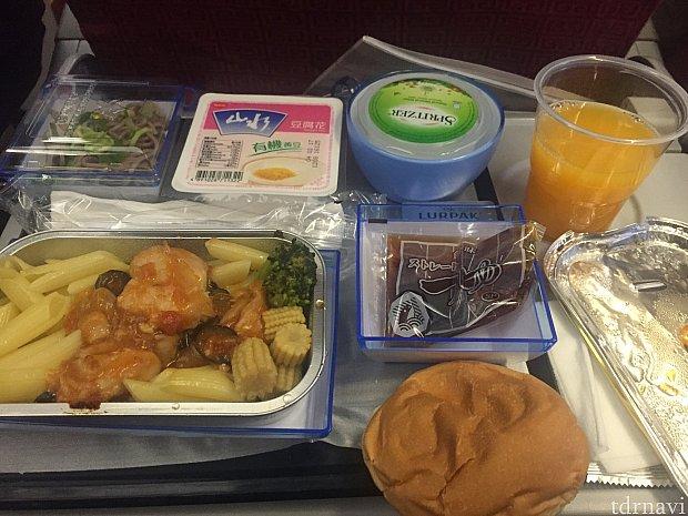 帰りの機内食はパスタを選択しました。甘い豆腐みたいなものは口に合わず…(⌒-⌒; )