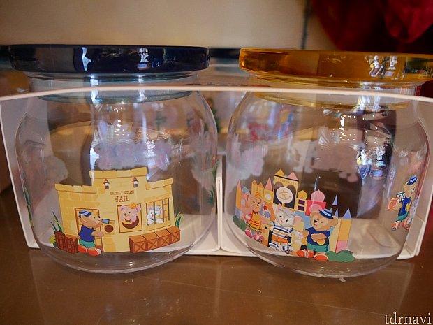 ダッフィーの夏グッズ。プラスチック容器に香港ディズニーで遊ぶダッフィーやシェリーメイが描かれています。2つセットで108HKドル。
