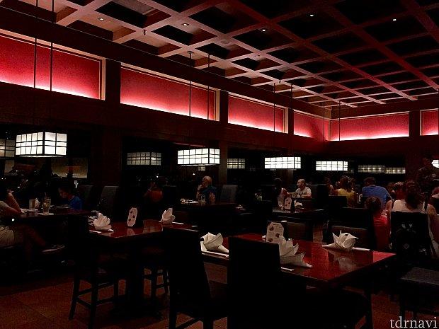 レストランの湖側は大きな窓が取られていて、外がよく見えます。21時のイルミネーションズが始まる前に、レストランの照明が少し落とされます。