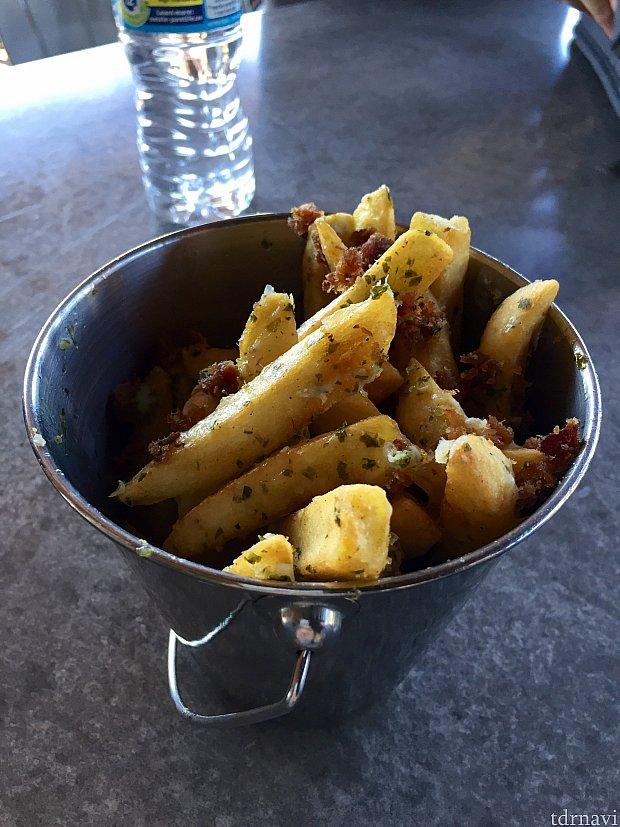 Belloq's Bacon Friesは大き目のフライドポテトにベーコンとチーズがかかっています。見た目通りの味でした。