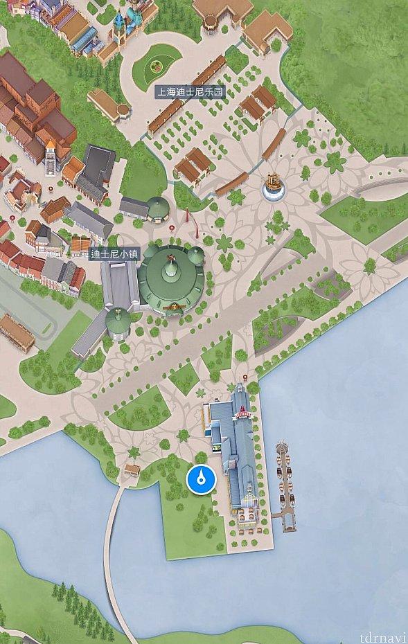 場所はボートハウスの横の芝生エリアです。