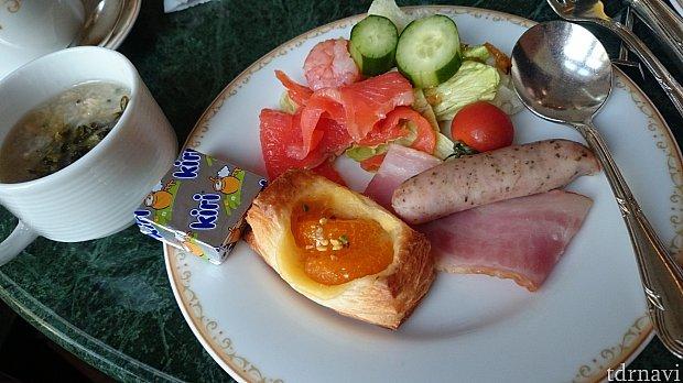 コンシェルジュに付いている朝食です。軽く食べるなら十分です♪朝からゆっくりロビーラウンジで頂けるのは優雅ですね~♡