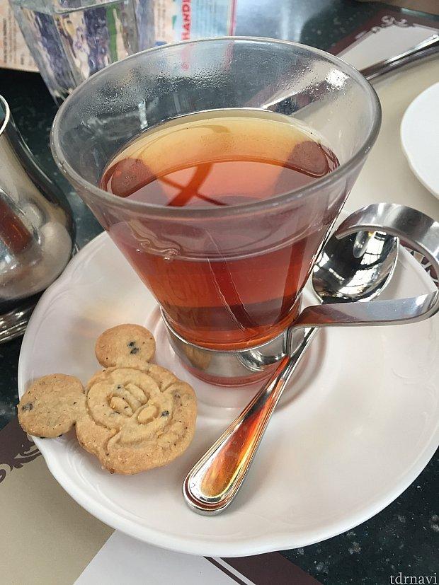 ティータイムに頼んだ紅茶。グラス汚し。