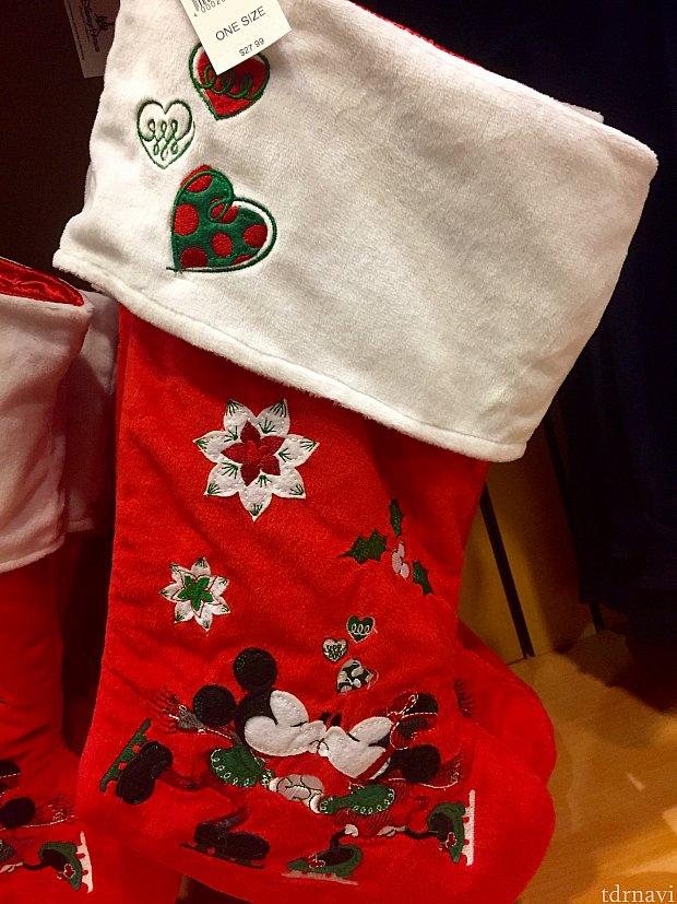 クリスマスと言えば、サンタさんにプレゼントを入れて貰う為の靴下。これだけ大きい靴下だったら良いサイズのプレゼントを入れて貰えそうです。色々な種類が出ていました。$27.99