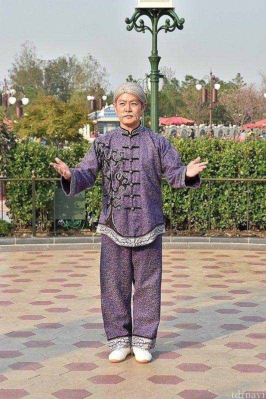 先生は、一人徒歩で広場に向かい太極拳のレクチャーをしています。