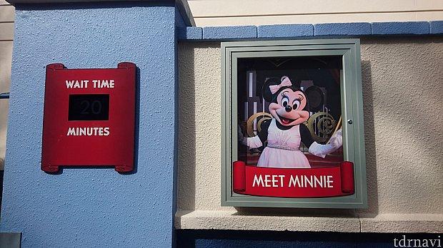 反射して見にくいのですが、入口に待ち時間が書いてあります。