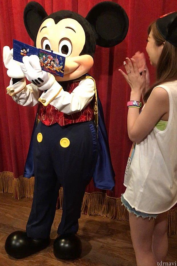 サイン書きながら歌ってるミッキー!