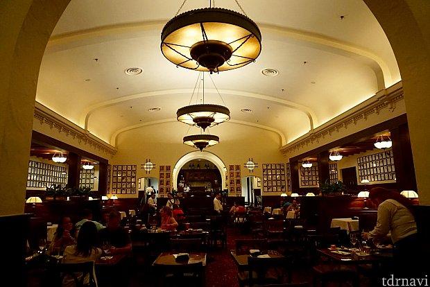 レストランの天井がユニークで優雅でした。素敵なレストランです。