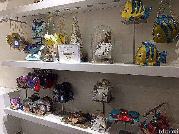 ジュエリーショップの名前が付いていますが、バッグのインパクトが大きいお店です。店内入って右側にバッグの棚が。