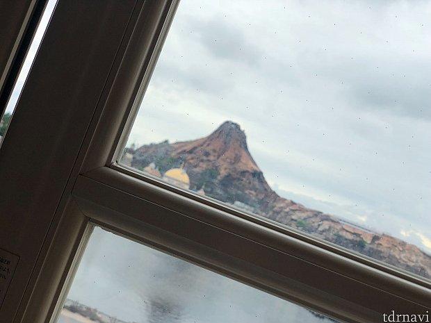 お部屋の窓 ※一部お部屋では、窓が格子状になっており、景色が見にくい場合があります。 ※窓に小さい黒い点が気になることがあります。