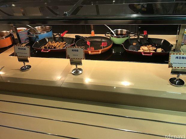 左側のお肉はカレー味でスパイシー、真ん中の鰻は日本の食べ慣れたうなぎのタレで美味しかったです。