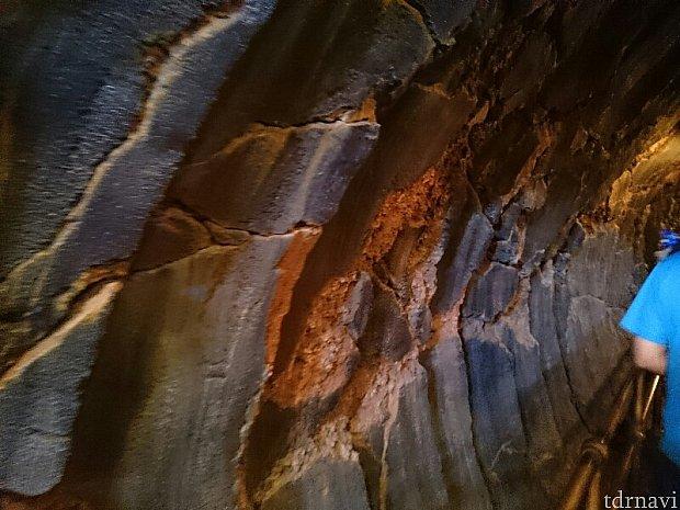 入口近くの壁にはドリルの跡が