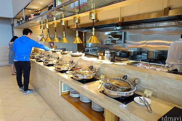 オープンキッチンで温かい料理が提供されています。