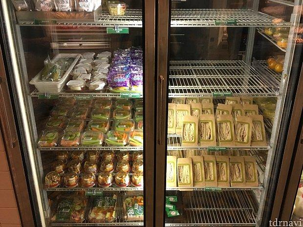サンドイッチやサラダコーナー。パックのサンドイッチもあります