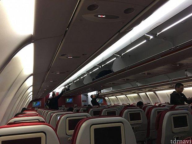飛行機は各座席にモニター付きでした。