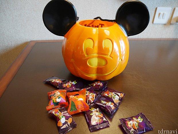 【有料オプション】グミとマショマロが縁ギリギリまで入ったかぼちゃのバケツ!プラスチック製。 グミはミッキーやドングリなど形は様々!味もレモン、コーラ、メロンなどバラエティーに富んでます❗
