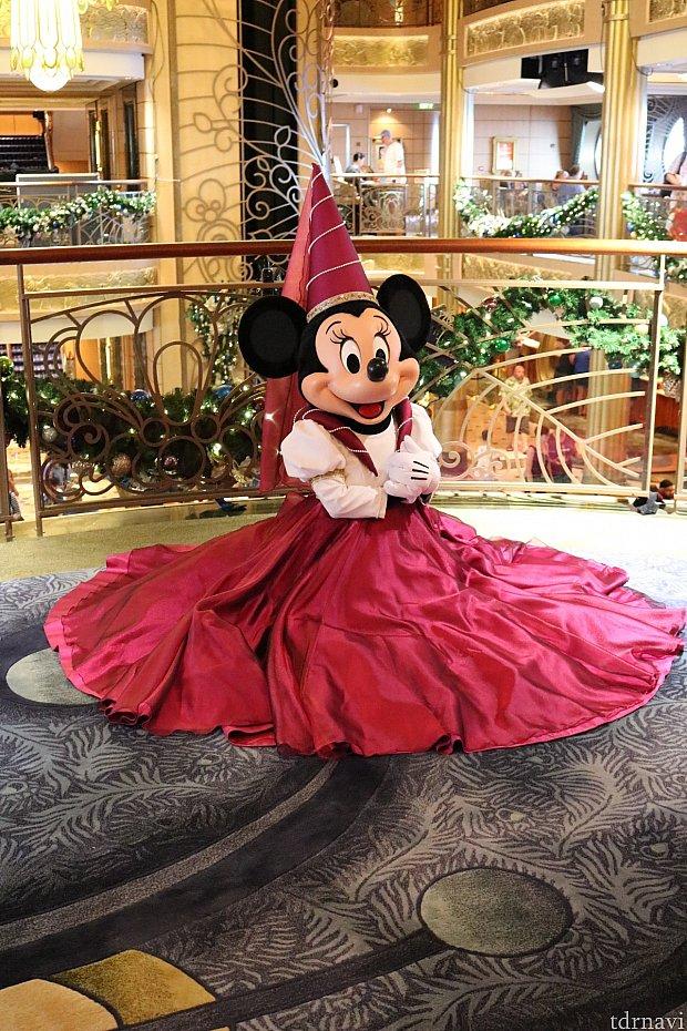 フォーマルナイトのミニーちゃん!ドレスを広げて可愛い❤