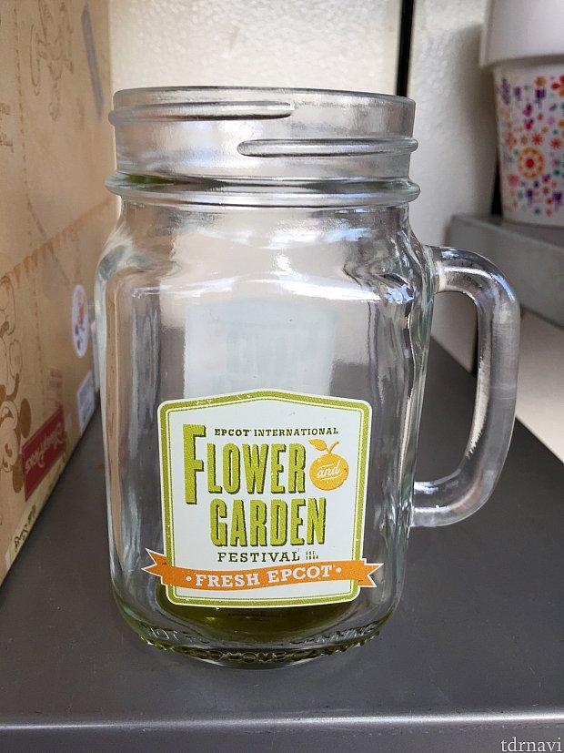 ジャム瓶風のジョッキ。最近はこのような容器に入ってカクテルが出されるお店も増えてきました。