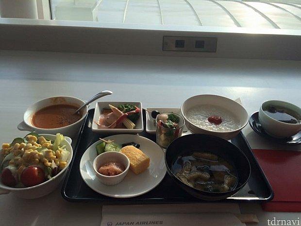 ラウンジ内で朝ごはん食べます!