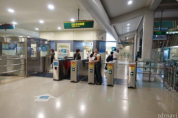 出口の改札では、切符を挿入して終わりです。