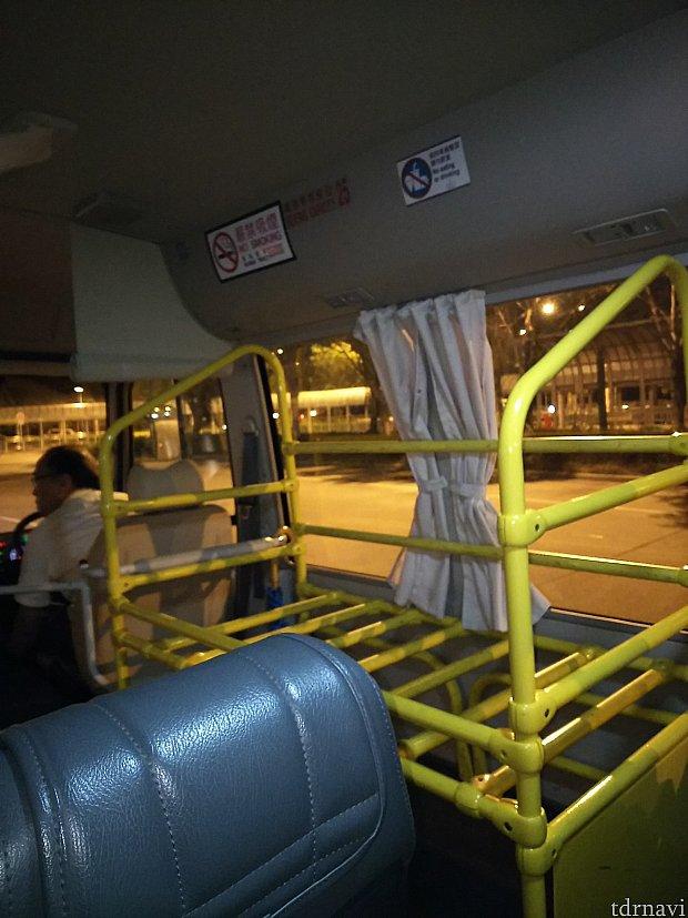 パーク行きと違いミニバスですが、中にスーツケース置き場があるので安心。