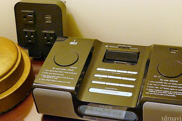 ベッド横にはアラーム&iPodスピーカー!