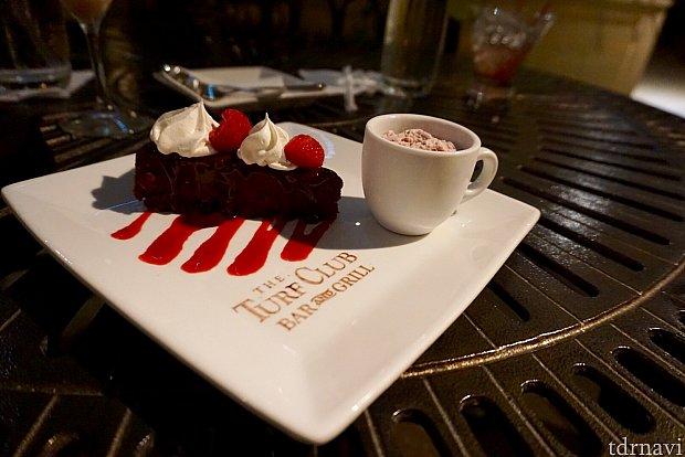 そしてデザートも。とても濃厚なチョコレートケーキ。ココアパウダーでレストランのロゴが書かれています。もう何も入らないくらい満腹になりました。