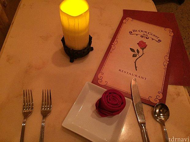 ディナーのテーブル、赤いナプキンが薔薇の形に!