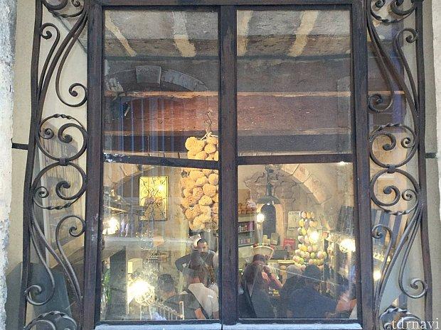 坂に面した小窓から店内を見た時の雰囲気