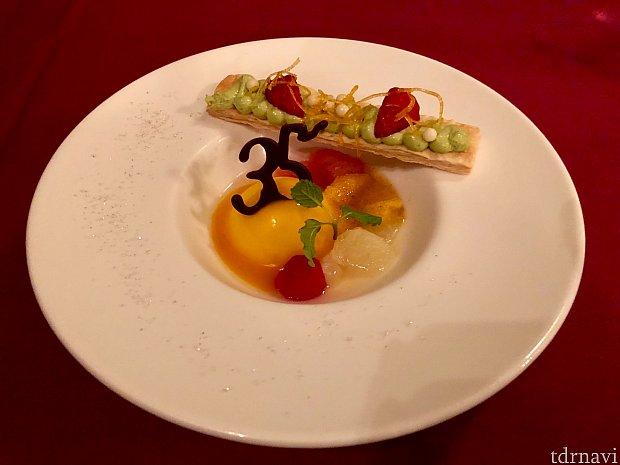 デザートはフロマージュプランのムース。 35周年の部分はチョコでできてます。