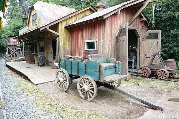 はるか時代を遡り西部開拓時代のアメリカ。ふるびた駅舎スティルウォータージャンクションが見えて来ました