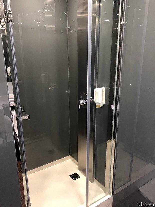 バスタブが無い部屋だとこういった感じのシャワー室です。