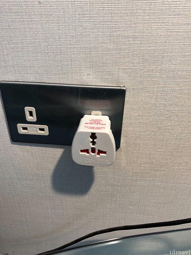 日本のものがそのまま差し込める口が一個(右側)ついています。部屋のあちこちにコンセント口がついているので、変換プラグを持って行けばたくさん同時に充電できます。