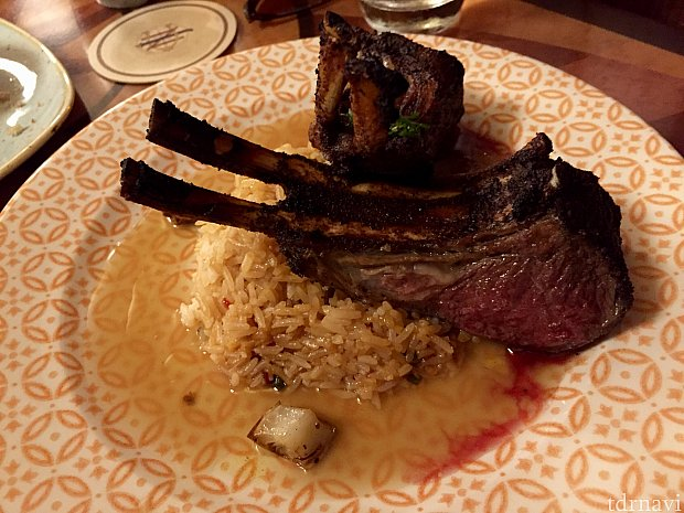 僕はラム肉が好きなので、「Baa Baa Berber Lamb Chop」を注文。ちょっと焦げていて、美味しく無かったんですよね〜。正直に言ってしまいました。笑