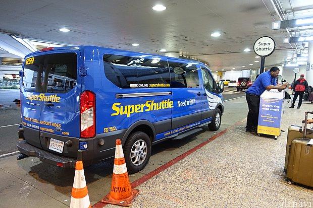 スーパーシャトルの乗り場がこちら。車体が新しくなっていました。